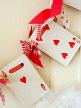 Dei festoni da realizzare con un vecchio mazzo di carte? Scegliere rigorosamente la famiglia di cuori e tanti nastrini rossi, a quadretti o a pois per fissare le carte l'una all'altra.