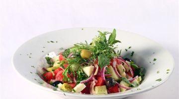 Insalata greca: un piatto unico che fa rima con l'estate