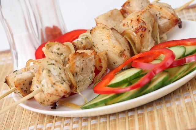 spiedini-pollo-e-caponatina-di-verdure
