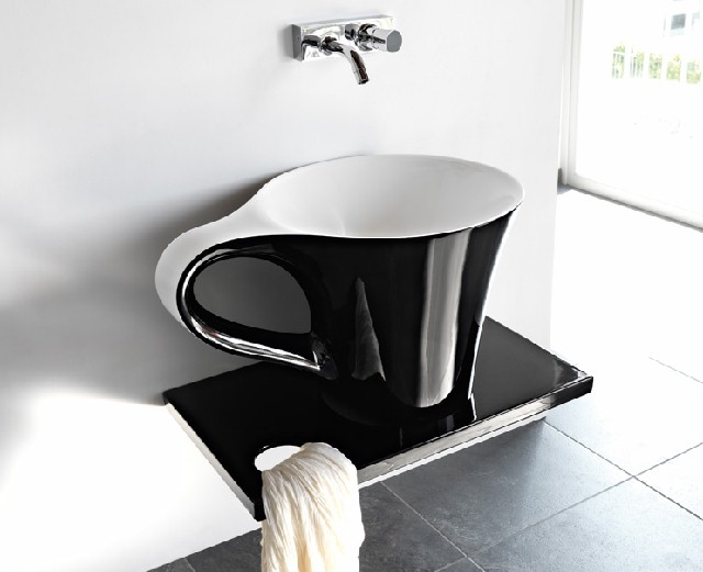 Pentole e tazzine in bagno (9)