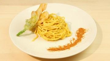 Spaghetti alla Carbonara in versione estiva: con fiori di zucca e gamberi