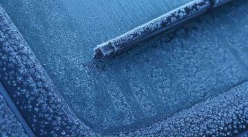 Come sbrinare il parabrezza dell'auto: rimedi pratici