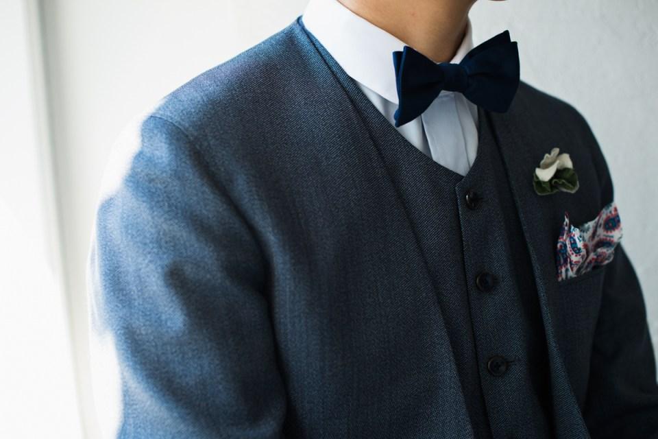 カジュアルウェディング新郎衣装,ブルーノーカラースリーピーススーツスタイル