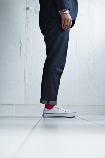 ロールアップしたデニムスーツにカジュアルなスニーカーを合わせたスタイル|lifestyleorder