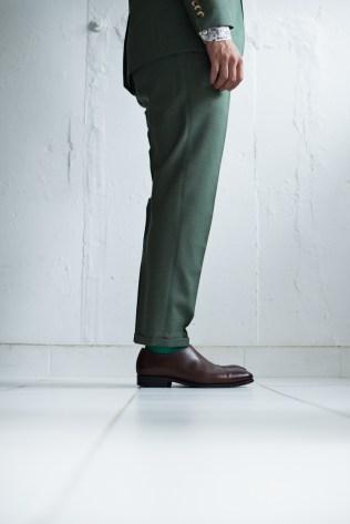 裾口が絞られた細身でテーパードシルエットの新郎衣装|lifestyleorder