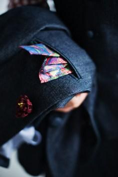 カジュアルなデニム素材の新郎衣装に添えるポケットチーフ|lifestyleorder