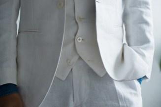 リゾートウェディングに最適なホワイトリネンでスリーピーススタイルの新郎衣装|lifestyleorder