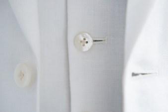 天然素材である白の貝ボタンを使用したリゾートウェディング用の新郎衣装|lifestyleorder