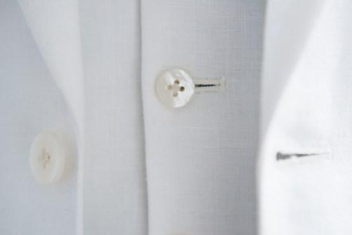 天然素材である白の貝ボタンを使用したリゾートウェディング用の新郎衣装 lifestyleorder
