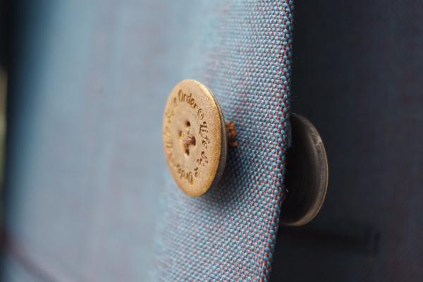 ノーカラースーツ|拝みボタン