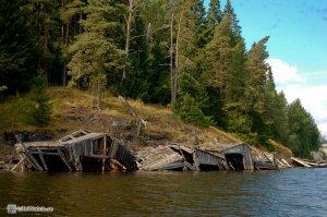 Ладожское озеро. Развалившиеся лодочные гаражи