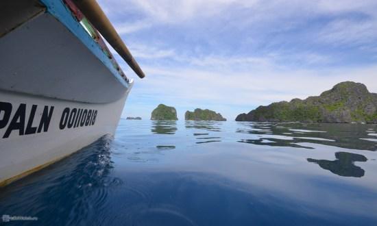 Наша лодка скользит по невероятно синей воде