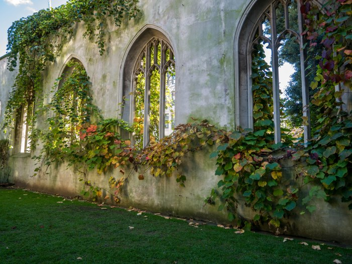 Image of St. Dunstan-in-the-East in London England, an off-the-beaten path spot in London