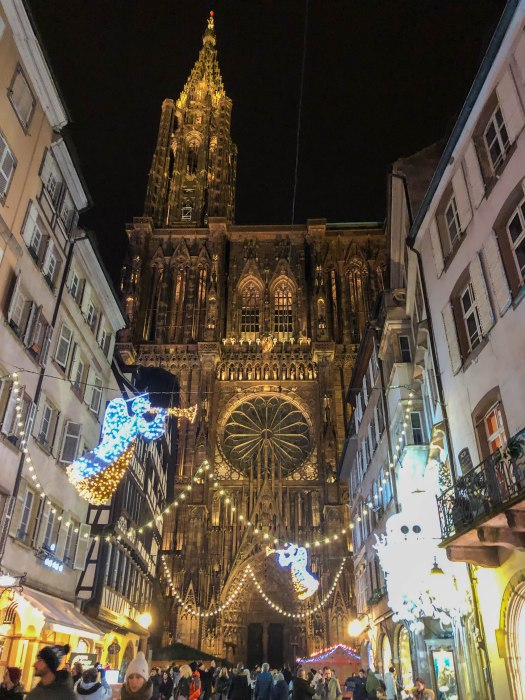 au pas de la cathédrale de strasbourg pendant le noël - at the foot of strasbourg cathedral during christmas
