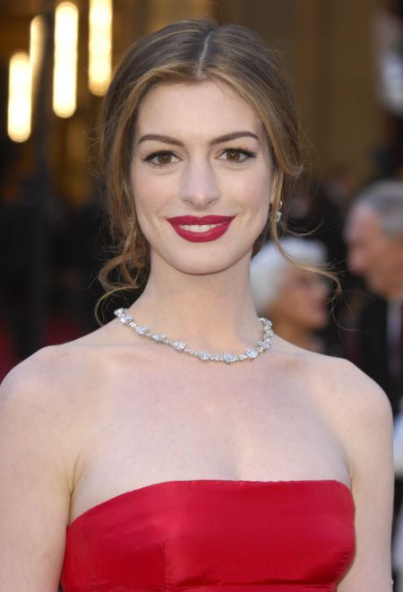 Oscars-2011-Anne-Hathaway-Was-Paid-750-000-to-Wear-Tiffany-s-Diamonds-2