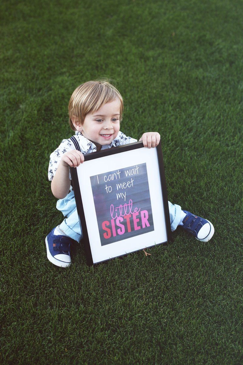 can't wait to meet little sister sign, cute baby girl announcement idea! Click to see the rest of the photos from this shoot