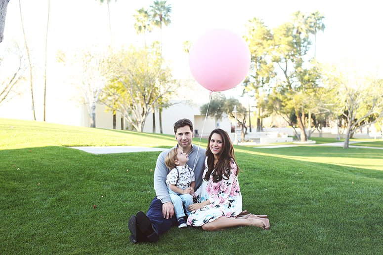 family baby announcement idea, sibling announcement. Click to see the rest of the pics from this gender reveal shoot!