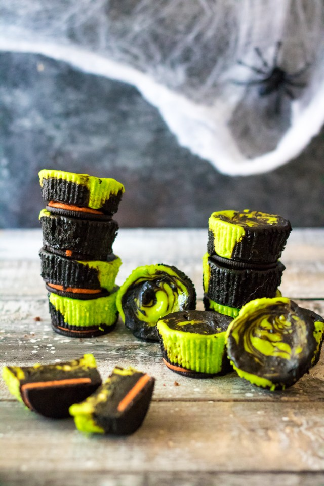 Mini Halloween Cheesecakes are the perfect spooktacular dessert! Colorful, easy to make and with only 5 ingredients they are the perfect Halloween treat!