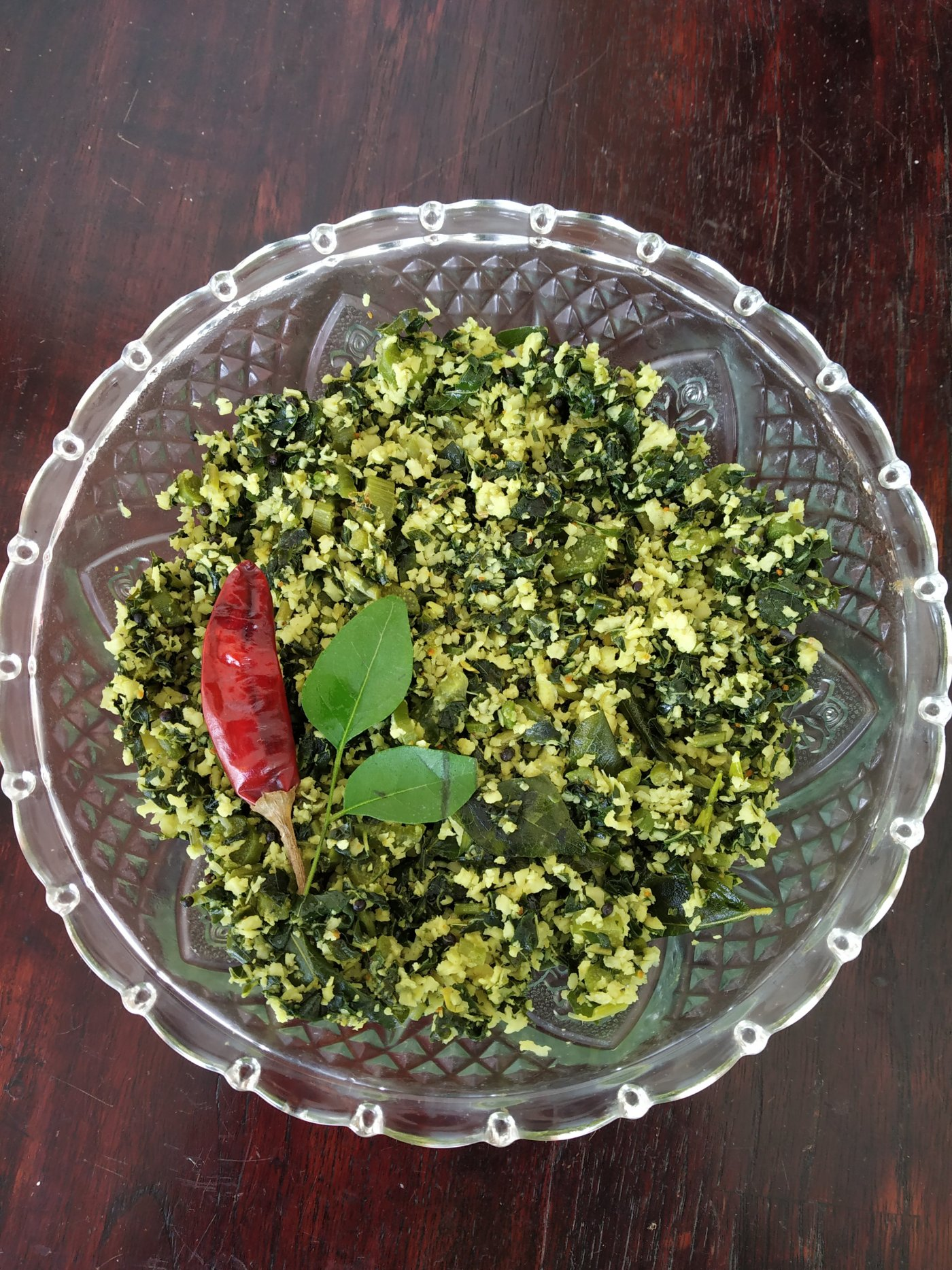 Spinach cooked with food, healthy and delicious.