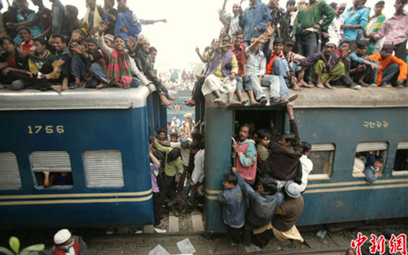 how Lankans travel in trains