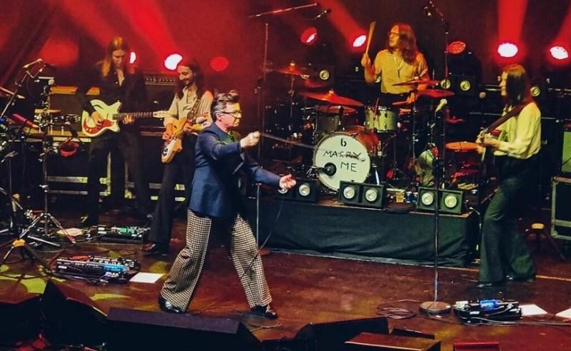 Rick Astley e Blossoms tocam clássicos do The Smiths; assista