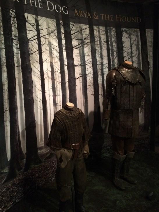 As roupas de Arya e Cão de Caça