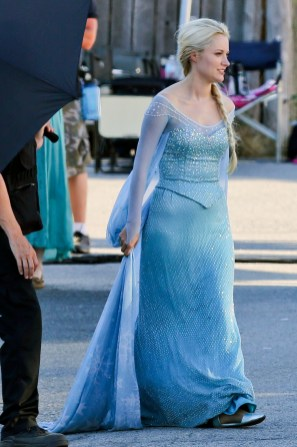 *FIRST LOOK* Elsa from FROZEN debuts on Once Upon a Time Premiere!