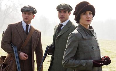 Lady Mary (Michelle Dockery), seu pretendente, Lord Gillingham (Tom Cullen),e seu cunhado Tom Branson (Allen Leech)