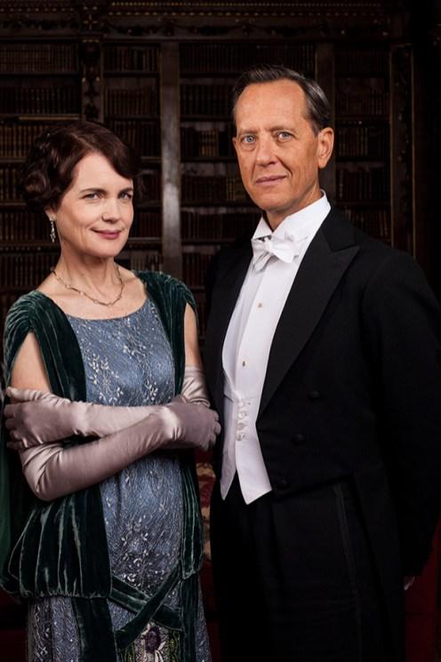 Cora Crawley, Condessa Grantham (Elizabeth McGovern) e o novo personagem, Simon Bircker (Richard E. Grant)