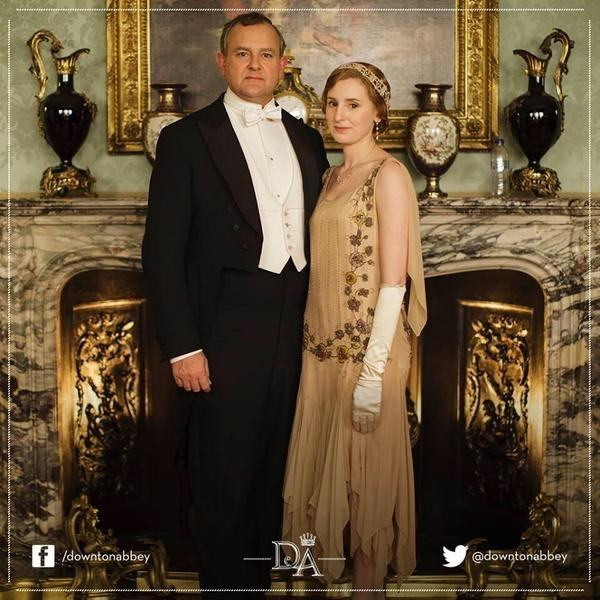 Robert Crawley, Earl of Grantham ( Hugh Bonneville) com sua filha Edith Crawley (Laura Carmichael) e a garrafa dágua (conseguem ver?)