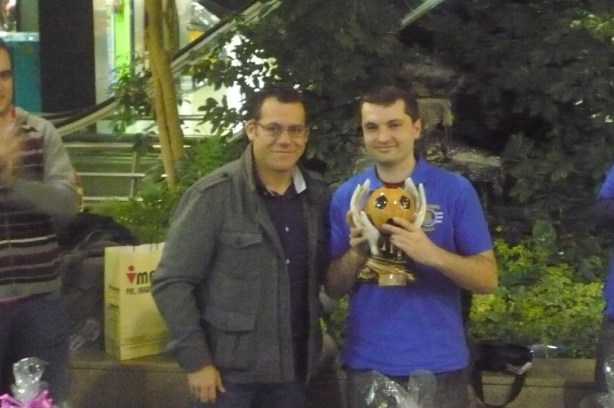 Jose Rodríguez recibió el trofeo que le acreditaba como Campeón