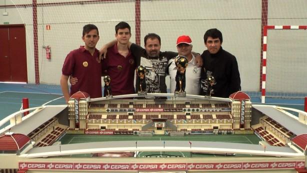 """Campeones del Open posando junto al """"Estadio Ángel Ruiz"""""""