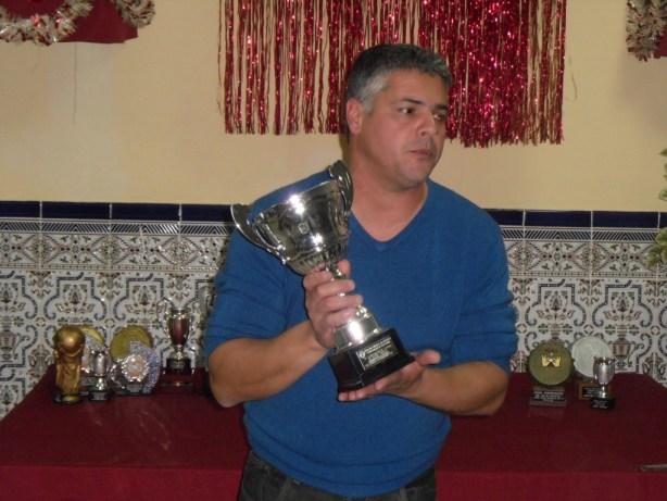 Carlos Cabeza mostrando el trofeo de Semifinalista del CE