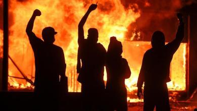 صورة الولايات المتحدة تشتعل وترامب يطلب نشر الحرس الوطني في 25 مدينة أمريكية لمواجهة الاحتجاجات التي أعقبت وفاة جورج فلويد