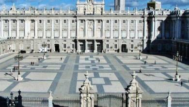 صورة أعلان رئيس الحكومة الإسبانية بتكريم ضحايا الكورونا يوم 16 يوليو في بلازا دي لا ارميريا في قصر مدريد الملكي