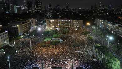 صورة الآلاف من الإسرائيليين في تل أبيب يطالبون بمزيد من الدعم المالي خلال الموجة الثانية من الإصابات في البلاد