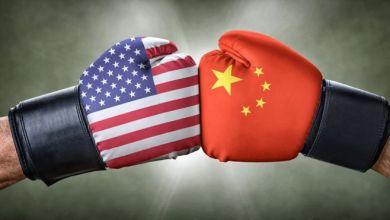 صورة منظمة التجارة العالمية تتفق مع الصين في نزاعها بشأن التعريفات الجمركية مع الولايات المتحدة.