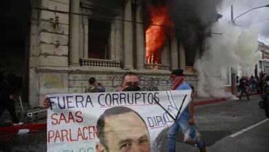 صورة الدمار يبداء في العالم الثالث ومئات المتظاهرين يسيطرون على الكونجرس الجواتيمالي ويضرمون النيران في المنشآت