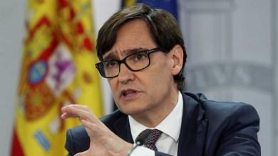 """صورة وزير الصحة الإسباني لاول حملة التطعيم  يؤكد """"بداية النهاية"""" لكنه يدعو إلى الحفاظ على الحذر"""