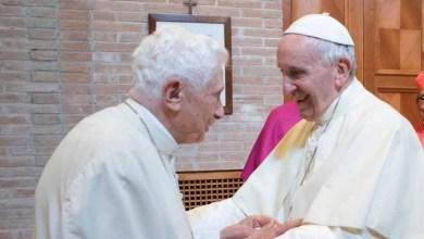 صورة لقاء العملاقة البابا فرانسيس والبابا الفخري بنديكتوس السادس عشر ليتلقي الجرعة الأولى من اللقاح ضد فيروس مافيا كورونا