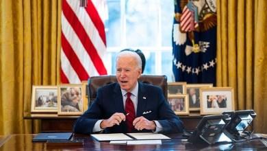 صورة بايدن الديمقراطي في أيامه العشرة الأولى يغير القوانين التنفيذية بحجة التراجع عن ضرر ترامب