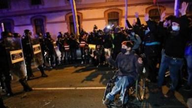 صورة مسيرة جديدة من الاحتجاجات لمغني الراب والمعتقلين في أعمال الشغب وتوتر على الشرطة في برشلونة