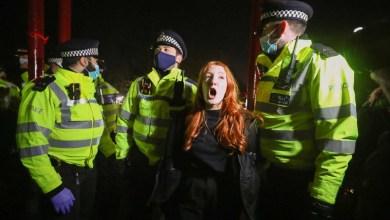 صورة أعمال شغب بين الشرطة والمتظاهرين في لندن خلال الوقفة الاحتجاجية في ذكرى سارة إيفيرارد التي قتلها ضابط