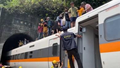 صورة خروج قطار عن القضبان بشرق تايوان تسبب عن قتل ما لا يقل عن 36 شخصا وأصيب أكثر من 70 آخرين