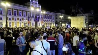 صورة انتهاء حالة الإنذار في جميع المجتمعات الإسبانية تقريبًا وحشود في شوارع عدة مدن في الليلة الأولى مثل الأشباح بدون حظر تجول