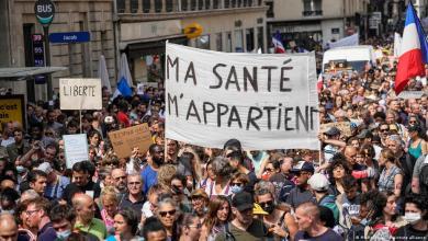 صورة في فرنسا آلاف الأشخاص يحتجون على دكتاتورية الصحة !!