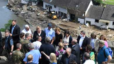 صورة المستشارة الألمانية ميركل تزور احدى المناطق المتضررة من الفيضانات وتعد بـمساعدات عاجلة