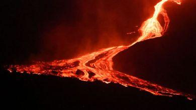 صورة ينشط ثوران بركان لا بالما الحي بعد توقف قصير ويناشد علماء البراكين أن التوقفات المؤقتة شائعة في هذه العمليات النشطة