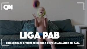 Crianças jogam polo aquático em casa em campanha da PAB nas redes sociais