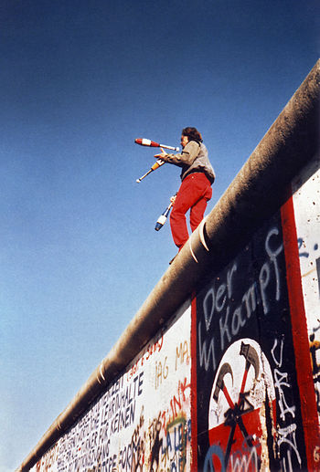 Juggling on the Berlin Wall on 16. November 19...